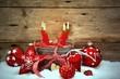 Adventskerzen mit Weihnachtsschmuck - retro