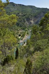 Area de río para bañarse vista desde lo alto de una montaña