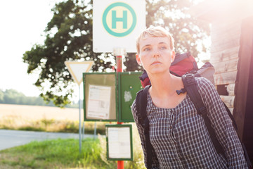 Frau wartet auf Bus
