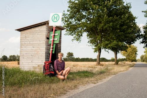 Leinwanddruck Bild Frau wartet auf den Bus