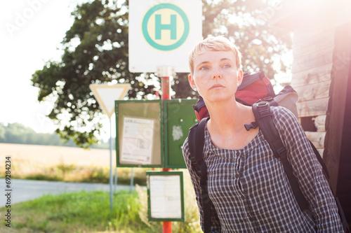 Frau wartet auf Bus - 69284234