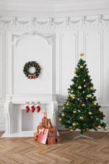 Weihnachtsbaum mit Geschenken neben Kamin