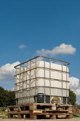 Ein Tank für Bauwasser unter blauem Sommerhimmel