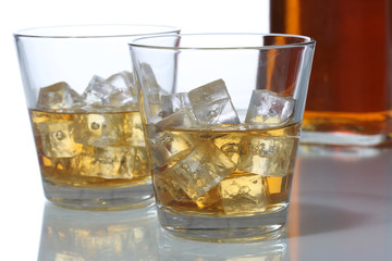 Whisky im Glas mit Eiswürfeln