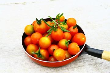 tomates cerises fraîches en poêlée