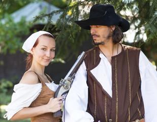 femme de pirate avec pistolet et homme de pirate
