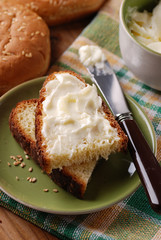 fetta di pane imburrata