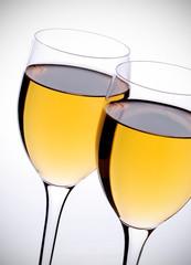 coppia di calici con vino bianco