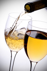 vino bianco versato nel calice