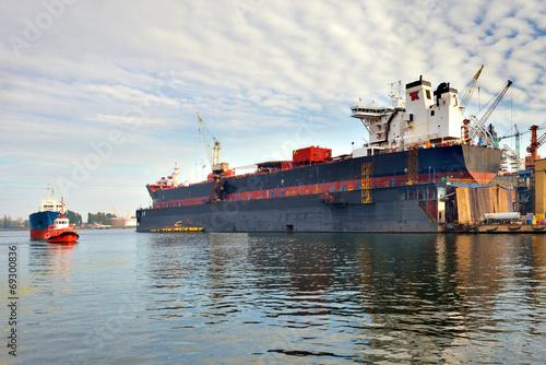 Statek w suchym doku, stocznia Gdańsk, Polska