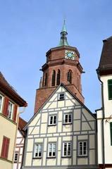 Fachwerkgiebel vor Kirchturm in Weil der Stadt