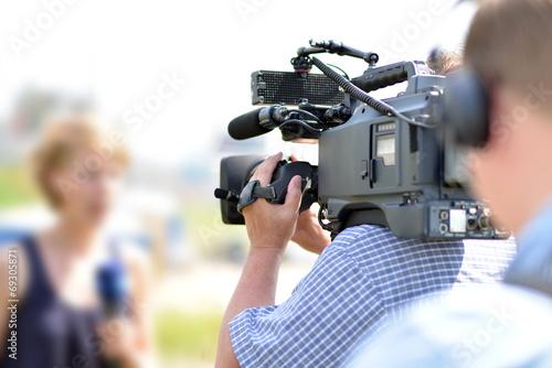 Kamerateam vor Ort // News team on site for TV show - 69305871