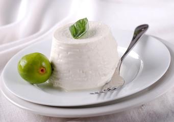 ricotta fresca sul piatto bianco con fichi verdi