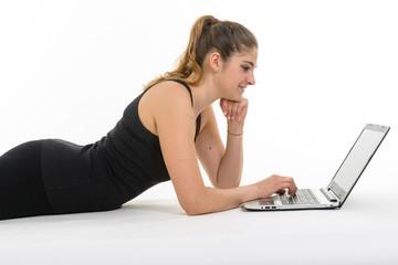 Ragazza lavora a computer