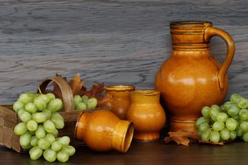 Weinkrug mit Trauben
