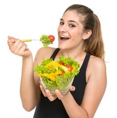 Ragazza felice di mangiare verdura