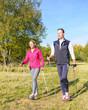 junges Paar beim Nordic Walking