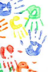 Bunte Handabdrücke auf weißem Hintergrund