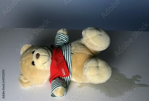 Ein Teddybaer als Symbol für Bettnässen - 69312801