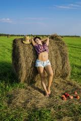 девушка ковбой в поле