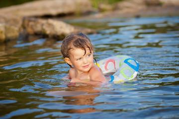 Девочка купается в речке