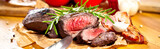 Fototapety Saftiges steak fleisch auf dem Tisch