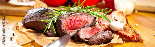 Fotobehang Vlees Saftiges steak fleisch auf dem Tisch