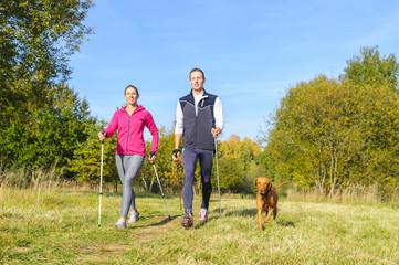 entspannte Walkingrunde im Herbst