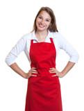 Lachende Frau mit roter Schürze