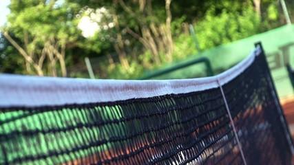 Tennisball geht über Netz