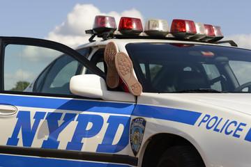 amerikanisches Polizeiauto New York mit Füssen