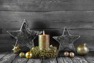Erster Advent: eine brennende Kerze als Weihnachtskarte mit Gold