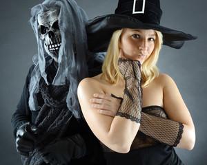 Hexe und Zombi verkleidet für Halloween