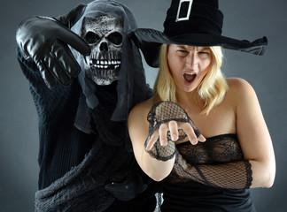 Zombie und Hexe in Kostüm zu Halloween