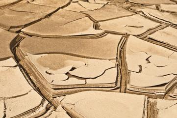 Trockenheit - aufgerissene und gebrochene Schlammfläche
