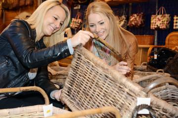 Frauen beim Shopping auf Markt
