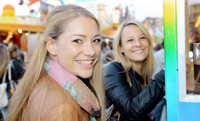 Freundinnen kaufen Fahr-Chips auf Kirmes