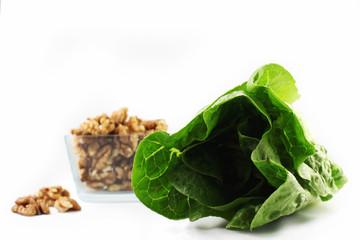 Salatherz und Nüsse in einer Schale