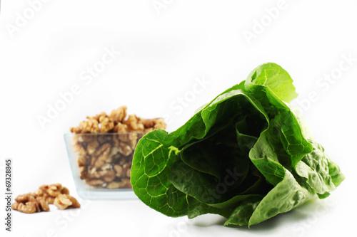 canvas print picture Salatherz und Nüsse in einer Schale