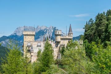 Eine Burg im Wald in den Bergen