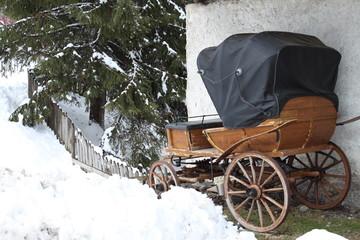 Antica carrozza al riparo dalla neve