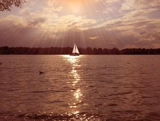Segelboot mit Sonnenstrahlen