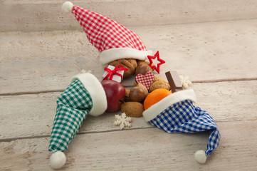 Drei karierte Nikolausmützen mit Geschenken zu Weihnachten