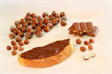 fetta di pane con cioccolato spalmabile