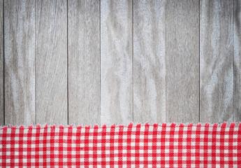 rote Tischdecke auf Holz