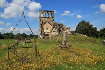 Eglise ruinée du vieux boug de Saint-Geniez-ô-Merle.(Corrèze)