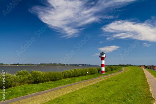 Leinwanddruck Bild Leuchtturm an der Elbe