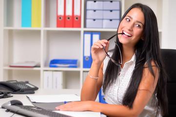 Glückliche junge Frau am Arbeitsplatz