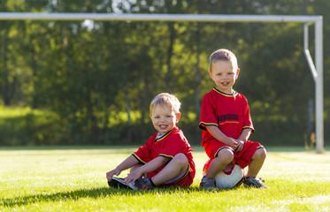 tweeling aan het voetballen