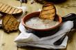 Zuppa di cipolle e crostini tostati